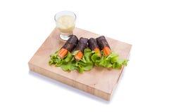 Λαχανικά ρόλων σαλάτας με το περικάλυμμα φυκιών Στοκ φωτογραφίες με δικαίωμα ελεύθερης χρήσης