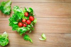 Λαχανικά σαλάτας στο κύπελλο γυαλιού στην ξύλινη άποψη επιτραπέζιων κορυφών Στοκ Φωτογραφίες