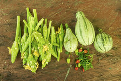 Λαχανικά σε έναν ξύλινο πάγκο Στοκ Εικόνες