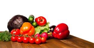 Λαχανικά σε έναν πίνακα που απομονώνεται σε ένα άσπρο υπόβαθρο Φρέσκο VE Στοκ Εικόνες