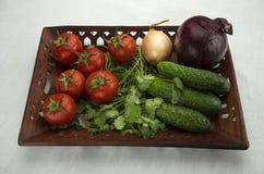 Λαχανικά σε έναν χαρασμένο ξύλινο δίσκο Στοκ φωτογραφίες με δικαίωμα ελεύθερης χρήσης