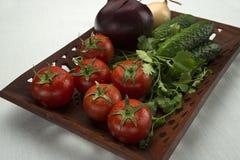 Λαχανικά σε έναν χαρασμένο ξύλινο δίσκο Στοκ Φωτογραφίες