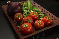 Λαχανικά σε έναν χαρασμένο ξύλινο δίσκο Στοκ Εικόνες