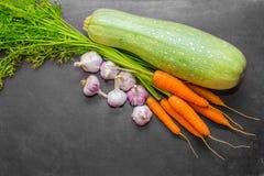 λαχανικά σε ένα γκρίζο υπόβαθρο Πολιτισμός φθινοπώρου Φρέσκα οργανικά λαχανικά, χορτοφάγος τρόπος ζωής Κολοκύθια, καρότα και σκόρ Στοκ φωτογραφίες με δικαίωμα ελεύθερης χρήσης