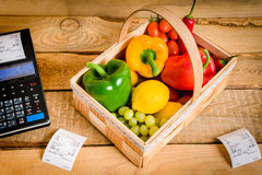 Λαχανικά στον πίνακα με έναν κατάλογο μετρητών Στοκ Εικόνες