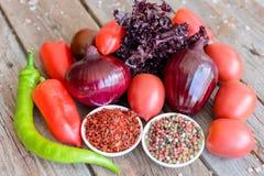 Λαχανικά στο εκλεκτής ποιότητας ξύλινο υπόβαθρο - συγκομιδή φθινοπώρου Στοκ Φωτογραφία