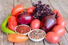 Λαχανικά στο εκλεκτής ποιότητας ξύλινο υπόβαθρο - συγκομιδή φθινοπώρου Στοκ φωτογραφίες με δικαίωμα ελεύθερης χρήσης