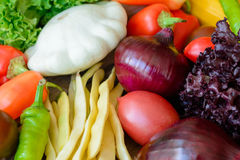 Λαχανικά στο εκλεκτής ποιότητας ξύλινο υπόβαθρο - συγκομιδή φθινοπώρου Στοκ εικόνες με δικαίωμα ελεύθερης χρήσης