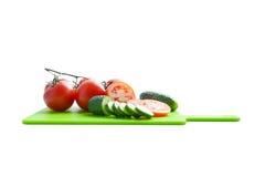 Λαχανικά στο κομμένο άσπρο υπόβαθρο πινάκων Στοκ φωτογραφία με δικαίωμα ελεύθερης χρήσης
