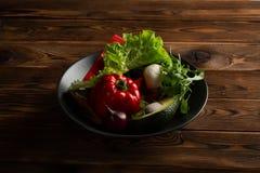 Λαχανικά στο πιάτο στο ξύλινο υπόβαθρο στοκ φωτογραφίες