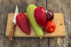Λαχανικά στο τέμνον χαρτόνι Στοκ φωτογραφίες με δικαίωμα ελεύθερης χρήσης