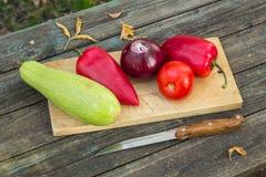 Λαχανικά στο τέμνον χαρτόνι Στοκ Εικόνες