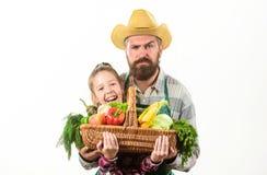 Λαχανικά συγκομιδών καλαθιών λαβής πατέρων και κορών οικογενειακών homegrown συγκομιδών της Farmer Ο πατέρας μου είναι αγρότης Κη στοκ φωτογραφία με δικαίωμα ελεύθερης χρήσης