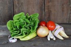Λαχανικά, υγιεινή διατροφή στο παλαιό ξύλινο πάτωμα Στοκ Φωτογραφία