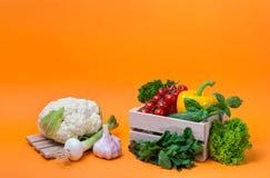 Λαχανικά υποβάθρου οργανικής τροφής στο καλάθι Στοκ Εικόνες