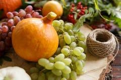 Λαχανικά φθινοπώρου, κολοκύθα, αχλάδι, σταφύλια, συγκομιδή στην ξύλινη ετικέττα Στοκ Εικόνες