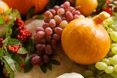 Λαχανικά φθινοπώρου, κολοκύθα, αχλάδι, σταφύλια, συγκομιδή στην ξύλινη ετικέττα Στοκ εικόνα με δικαίωμα ελεύθερης χρήσης