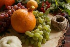 Λαχανικά φθινοπώρου, κολοκύθα, αχλάδι, σταφύλια, συγκομιδή στην ξύλινη ετικέττα Στοκ εικόνες με δικαίωμα ελεύθερης χρήσης
