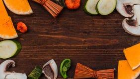 Λαχανικά φθινοπώρου με τα φύλλα φθινοπώρου στο ξύλινο υπόβαθρο με το φ Στοκ Φωτογραφίες