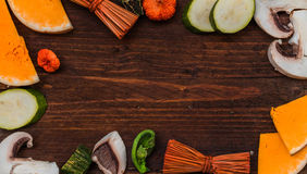 Λαχανικά φθινοπώρου με τα φύλλα φθινοπώρου στο ξύλινο υπόβαθρο με το φ Στοκ Εικόνες