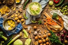 Λαχανικά φθινοπώρου πτώσης στην αγροτική κουζίνα, που προετοιμάζεται να μαγειρεψει Στοκ Φωτογραφία
