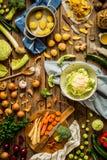 Λαχανικά φθινοπώρου πτώσης στην αγροτική κουζίνα, που προετοιμάζεται να μαγειρεψει Στοκ Εικόνες