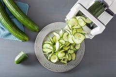 Λαχανικό αγγουριών Spiralizing με το spiralizer στοκ φωτογραφία