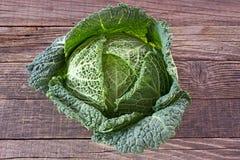 Λαχανικό κατσαρού λάχανου λάχανων κραμπολάχανου στο ξύλινο υπόβαθρο στοκ εικόνα