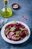 λαχανικό σαλάτας προετοιμασιών μαρουλιού συστατικών Φρέσκα οργανικά ακατέργαστα φύλλα των τεύτλων μαρουλιού σε ένα σκοτεινό υπόβα Στοκ Φωτογραφία