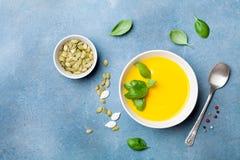 Λαχανικό φθινοπώρου ή σούπα κολοκύθας στο άσπρο κύπελλο στην μπλε άποψη επιτραπέζιων κορυφών στοκ φωτογραφίες με δικαίωμα ελεύθερης χρήσης