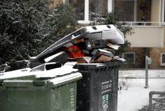 Λαϊκά απόβλητα μην όντας αφαιρούμενος οφειλόμενος καιρός πτώσεων χιονιού ο στοκ εικόνες