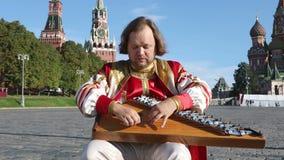 Λαϊκός εκτελεστής με το gusli οργάνων μουσικής φιλμ μικρού μήκους
