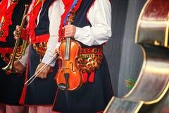 Λαϊκός μουσικός με τα contrabass στοκ εικόνα