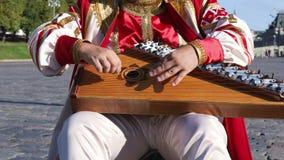 Λαϊκός μουσικός με το gusli οργάνων μουσικής φιλμ μικρού μήκους