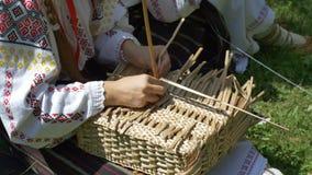 Λαϊκός χειροτεχνικός κατασκευάζοντας ένα καλάθι φιλμ μικρού μήκους