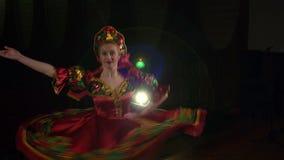 Λαϊκός χορευτής που χορεύει στη σκηνή στο εθνικό κοστούμι απόθεμα βίντεο