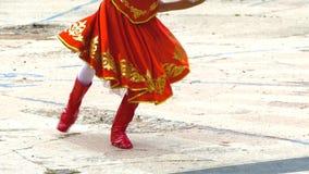 Λαϊκός χορός χορού κοριτσιών στο κόκκινο κοστούμι και τις κόκκινες μπότες απόθεμα βίντεο