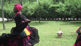 Λαϊκός χορός χορού τριών αφρικανικός γυναικών στο traditio κοστούμια με τα παλτά των φουστών απόθεμα βίντεο