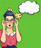 Λαϊκό κορίτσι τέχνης στα γυαλιά με τη σκεπτόμενη φυσαλίδα Πρόσκληση κόμματος κουνέλι δώρων καρτών γενεθλίων Hollywood, κωμική γυν Στοκ εικόνα με δικαίωμα ελεύθερης χρήσης