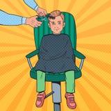 Λαϊκό νέο αγόρι τέχνης που παίρνει ένα κούρεμα Παιδί στο κατάστημα κουρέων Τέμνουσα τρίχα παιδιών κομμωτών Στοκ εικόνες με δικαίωμα ελεύθερης χρήσης