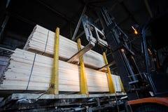 Λαϊκό φορτηγό ανελκυστήρων στο ξύλινο εργοστάσιο Στοκ φωτογραφίες με δικαίωμα ελεύθερης χρήσης