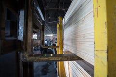 Λαϊκό φορτηγό ανελκυστήρων στο ξύλινο εργοστάσιο Στοκ Εικόνες