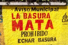 ΛΑ ΠΑΖ, ΒΟΛΙΒΙΑ - 28 ΑΠΡΙΛΊΟΥ 2015: Το χρωματισμένο κείμενο σε έναν τοίχο στο Λα Παζ λέει: Οι θανατώσεις απορριμμάτων Μην ρίξτε τ στοκ εικόνες
