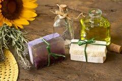 Λαδωμένα σαπούνια λουλούδια ελιών και lavender Στοκ φωτογραφία με δικαίωμα ελεύθερης χρήσης