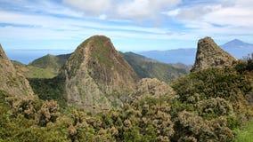 ΛΑ GOMERA, ΙΣΠΑΝΊΑ: Άποψη του ορεινού τοπίου από Mirador Degollada de Peraza προς το ηφαίστειο Teide Tenerife στο νησί Στοκ Φωτογραφία