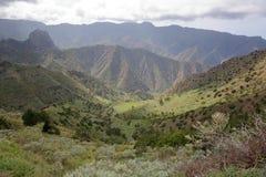 ΛΑ GOMERA, ΙΣΠΑΝΊΑ: Ορεινό και πράσινο τοπίο με τους terraced τομείς μεταξύ Agulo και Vallehermoso Στοκ Εικόνες