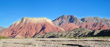 Λα pollera de Λα coya, κόκκινο βουνό στην Αργεντινή Στοκ Φωτογραφίες