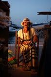 Λα Sabina, Formentera, Ισπανία - 5 Αυγούστου του 2015: Ένας ηληκιωμένος πωλεί τα χειροποίητα αναμνηστικά του σε μια αγορά χίπηδων Στοκ φωτογραφία με δικαίωμα ελεύθερης χρήσης