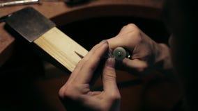 Λείανση ενός ασημένιου δαχτυλιδιού απόθεμα βίντεο