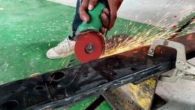 Λείανση εργαζομένων μετάλλων σε σε αργή κίνηση φιλμ μικρού μήκους